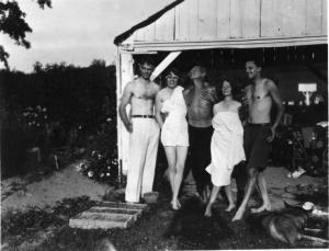 Η Έντνα, ενώ διασκεδάζει με φίλους της στο Steepletop, το σπίτι της.